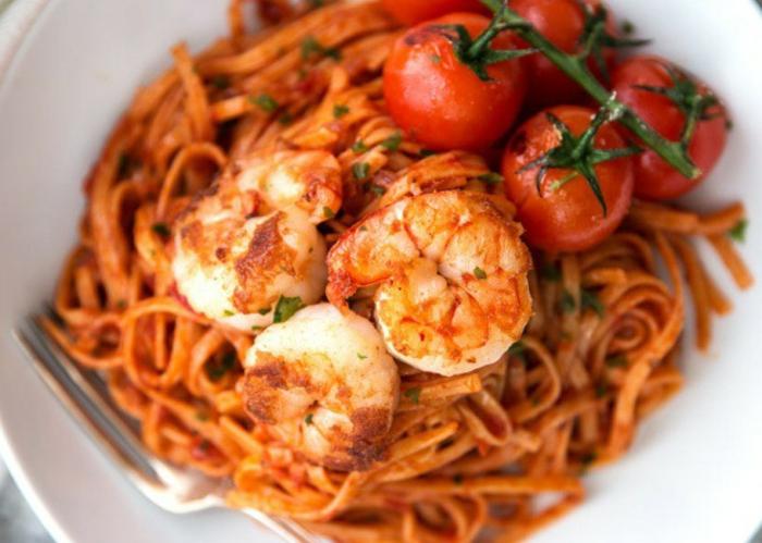 espaguetis con gambas y tomates cherry, irresistibles propuestas de recetas faciles para cenar en pareja
