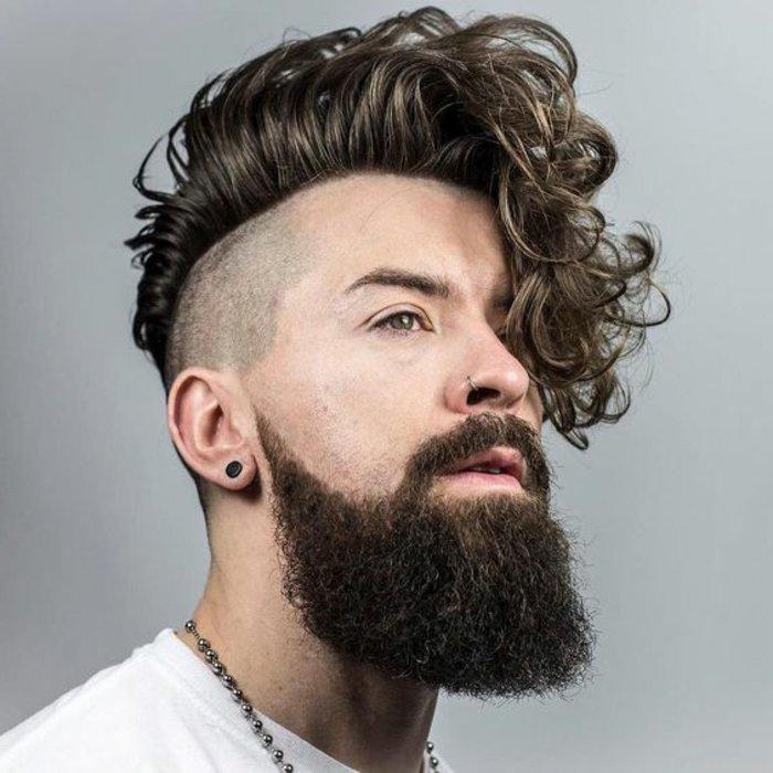 magníficas propuestas de cortes de pelo rizado, corte de pelo pompadeur estilo hipster