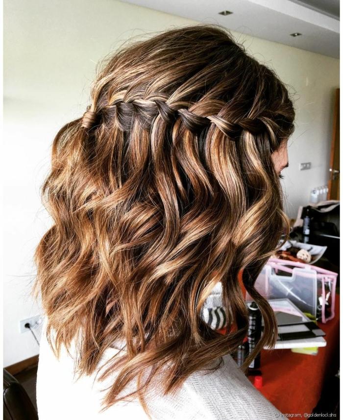 ideas de peinados para bodas media melena fáciles, rápidos y originales, cabello ondulado con trenza francesa diagonal