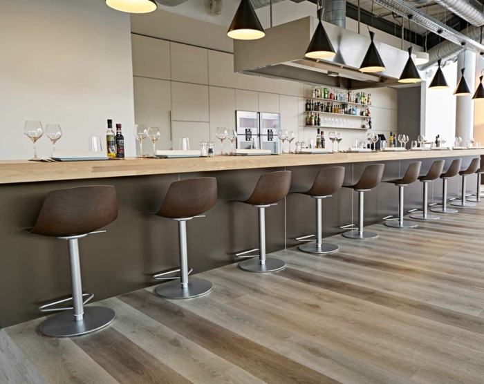 espacios modernos en estilo industrial, ambiente decorado en beige y gris con suelo vinilico