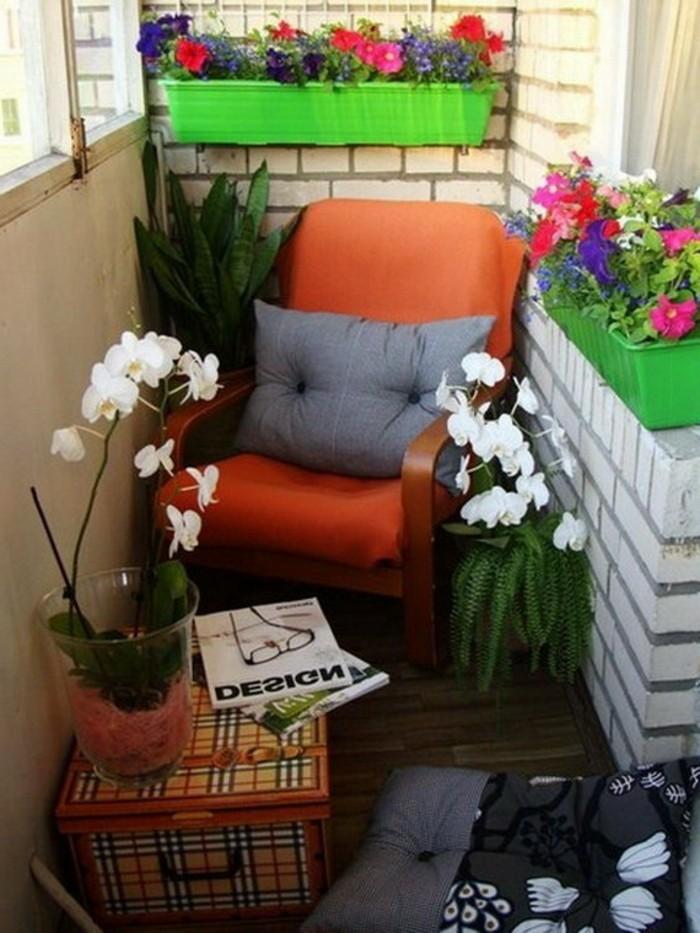 balcones pequeños y estrechos e ideas para aprovechar el espacio, macetas en colores llamativos