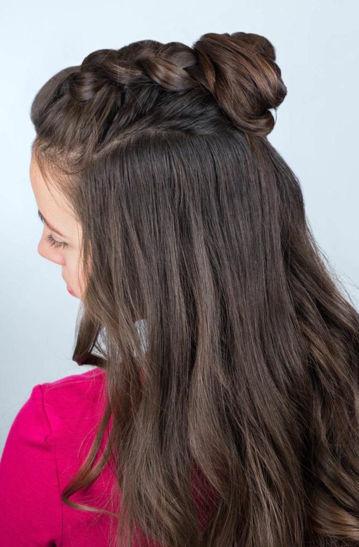 dieas de semirecogidos para invitadas de bodas que puedes hacer fácilmente en casa, cabello castaño oscuro largo