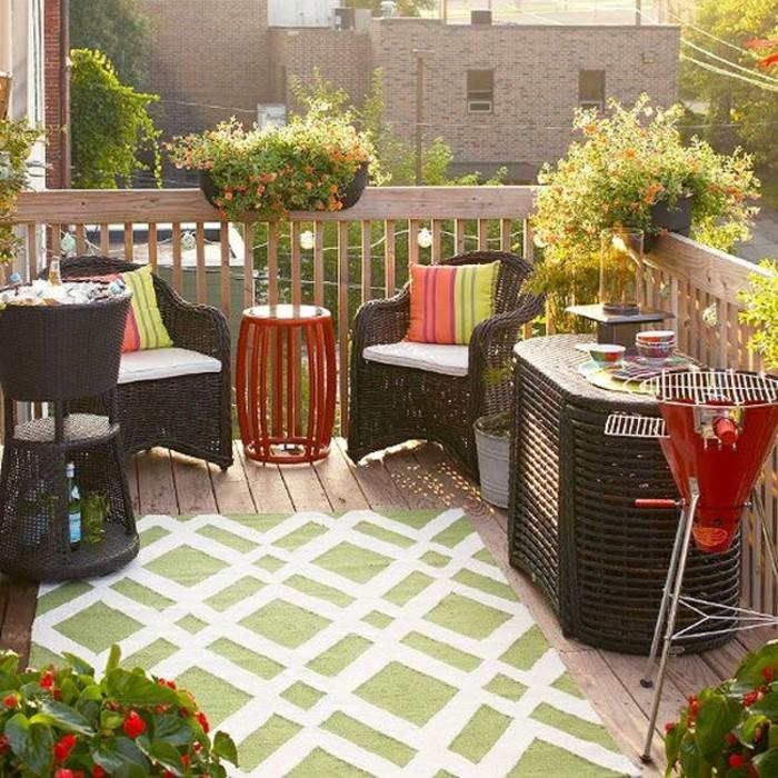 decoracion balcones en colores frescos, macetas con plantas verdes y flores alfombra en elementos geométricos