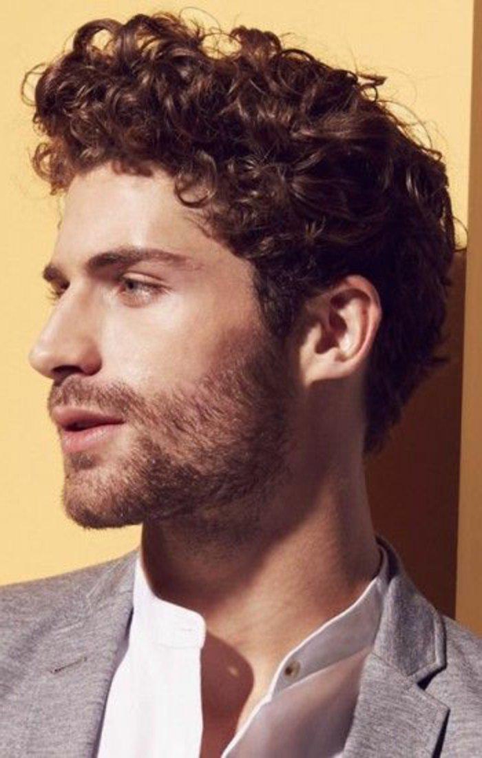 cabellera rizada color castaño claro, cortes de pelo rizado en imagines, hombre rizos con laca