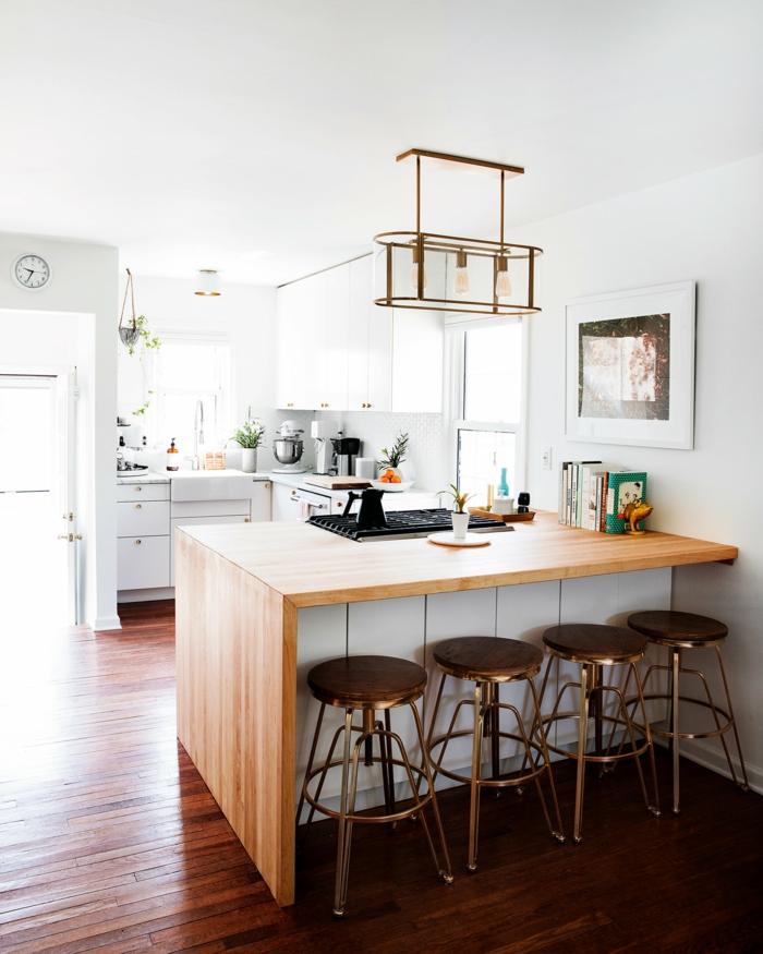cocinas decoradas en estilo contemporáneo con grande isla y sillas altas, suelo de parquet