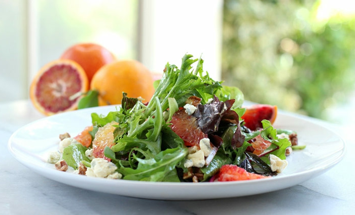 ensaladas frescas y saludables para sorprender a tu pareja, ideas sobre como preparar una cena romantica
