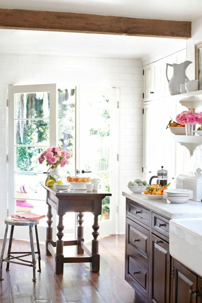 ideas de cocinas pequeñas para apartamentos en bonitas imagines, cocina pequeña blanca con muebles de madera
