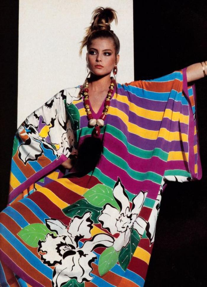 vestido original en rayas coloridas y flores en color blanco, ideas sobre como se vestian en los años 80