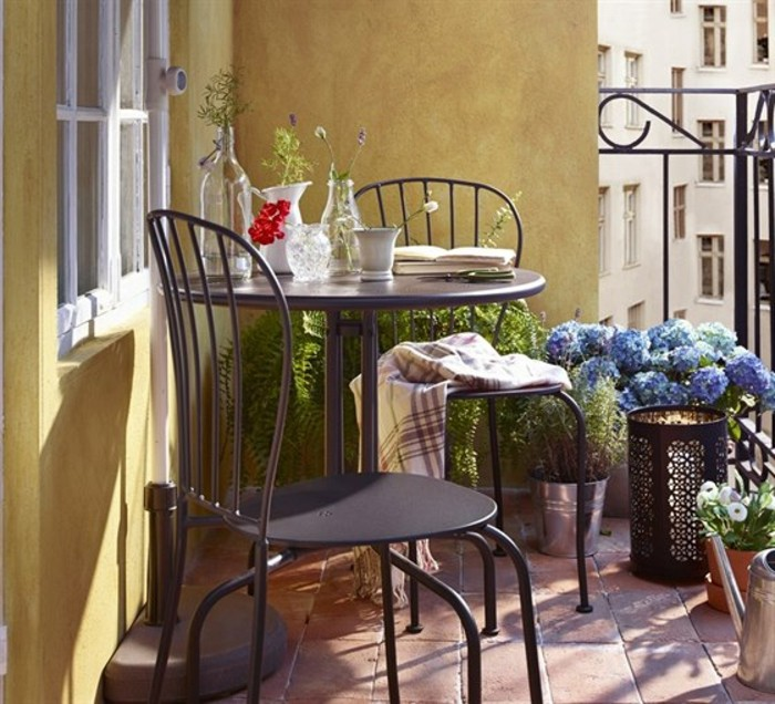 preciosa decoración balcón en estilo vintage, decoracion balcones con muchas flores y plantas