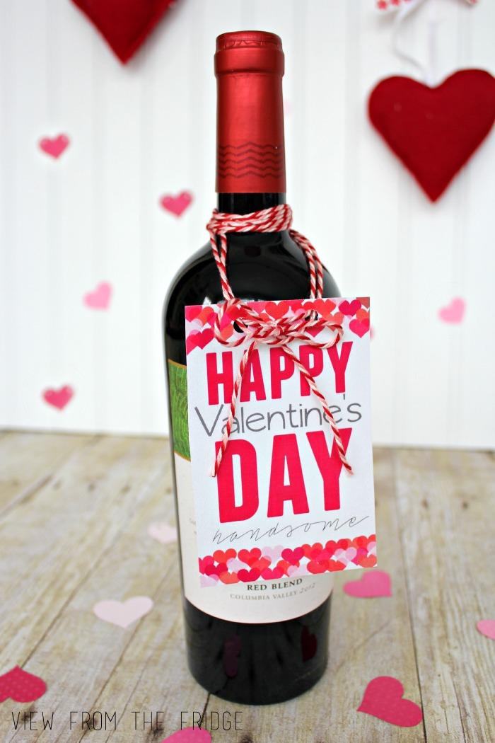maravillosas propuestas de etiquetas vino personalizadas, botella de vino tinto decorada con mucho encanto para el día de San Valentín