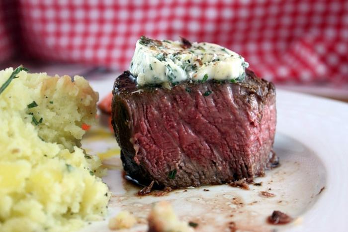 filete minión con queso azul y puré de patatas, propuestas sobre como preparar una cena romantica