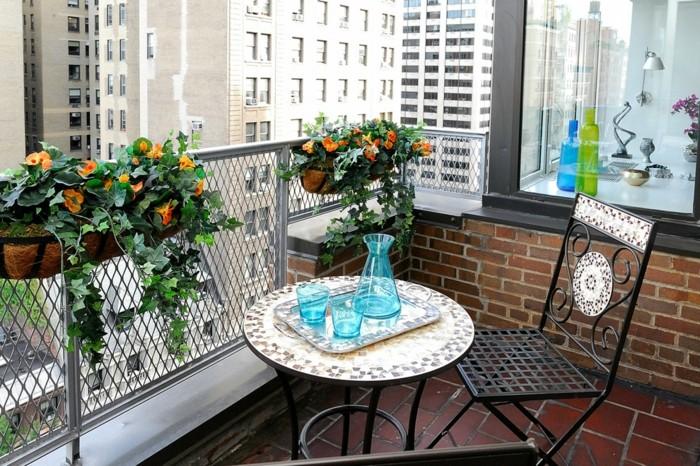 decoracion balcones de tamaño pequeño, macetas con flores y muebles de diseño con mosaicos