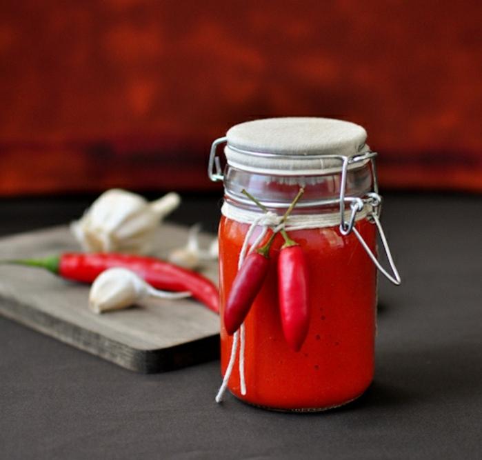 originales propuestas sobre como preparar una cena romantica, salsa chily casera en un pote