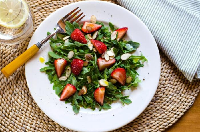 ensaladas exóticas para un menu san velantin, ensalada de rucola, fresas, almendras y aceite de oliva