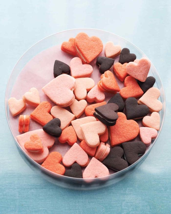 galletas en forma de corazón con crema vainlla, postres originales para una cena romantica casera