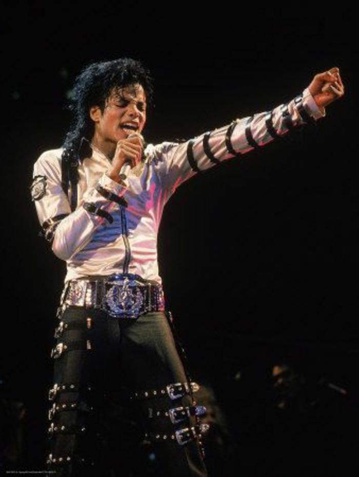 como se vestian en los años 80 las celebridades, Michael Jakson con un look muy original en blanco y negro