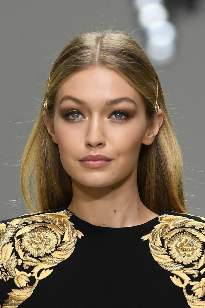 modos de llevar el pelo suelto para ir de fiesta, cabello largo liso con dos horquillas, vestido en negro y dorado