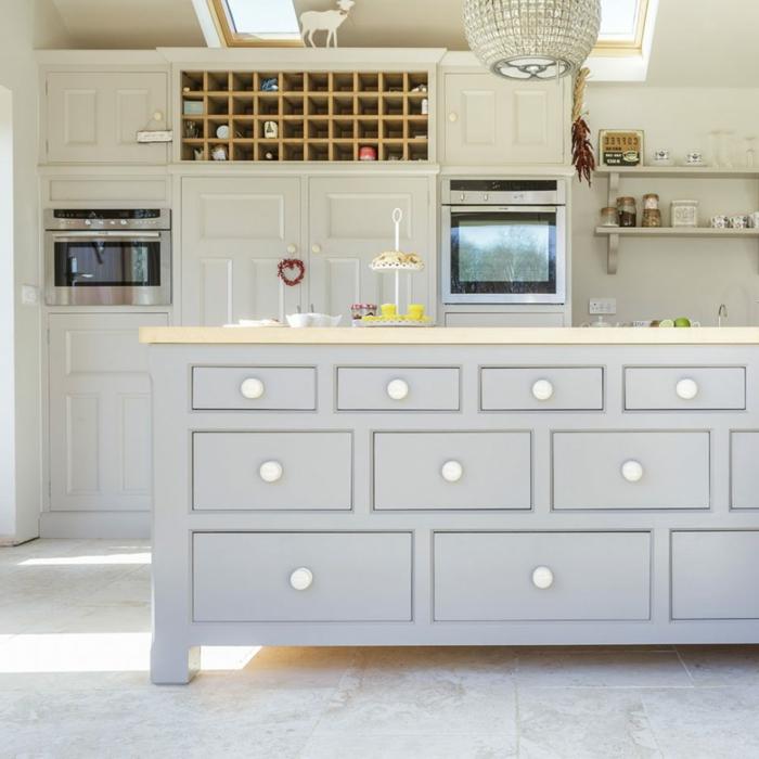 cocinas rusticas modernas decoradas en gris, ideas de cocinas con isla, ejemplos sobre cómo aprovechar mejor el espacio en tu cocina