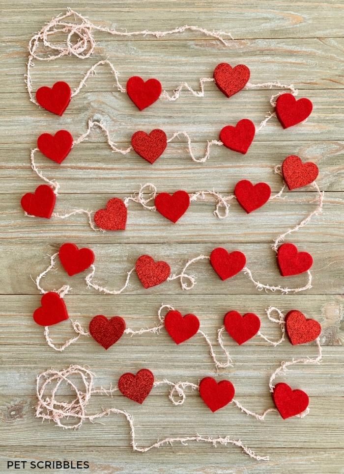 bonita idea de guirnalda con corazones DIY para hacer una sorpresas san valentin a tu persona querida