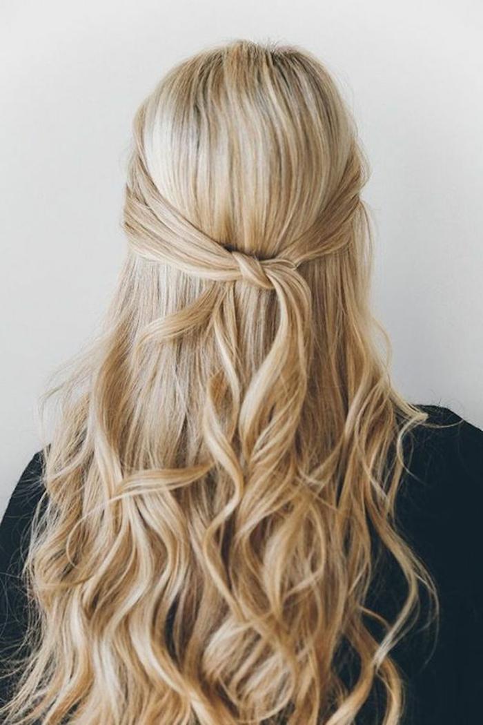 precioso semirecogido pelo muy largo rubio en bonitos rizos, cabellera larga recogida en un lazo