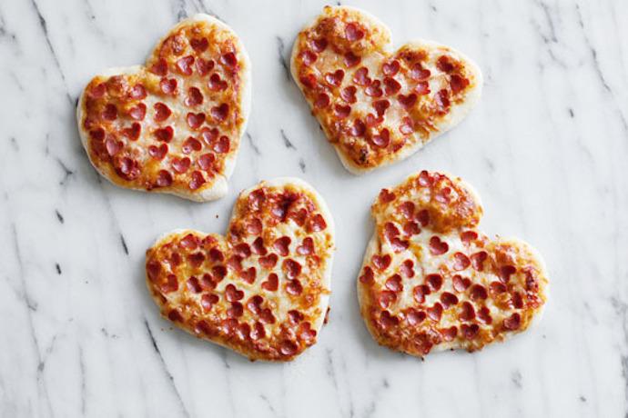 pizzas pipperoni en forma de corazón, menu san valentin original, entrantes para picar