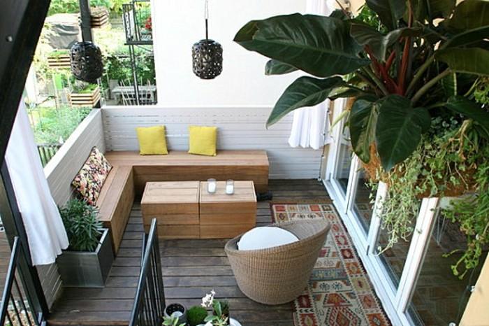 decoracion balcones en estilo moderno, muebles de diseño de madera y muchas plantas verdes en macetas colgantes