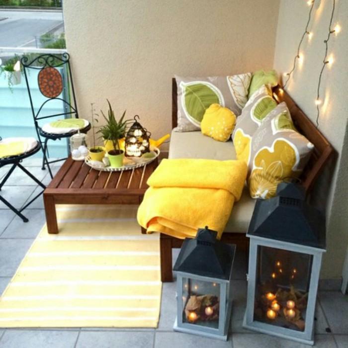 decoracion balcones en colores frescos para el verano, pequeños muebles de madera, decoración en amarillo