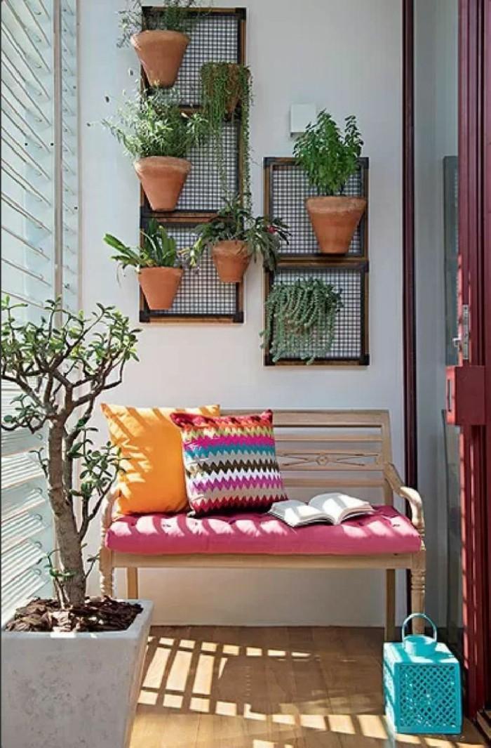 ideas terraza super bonitas, espacio pequeño con banco de madera, detalles decorativos coloridos y macetas colgantes