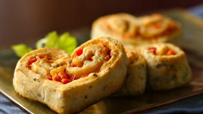 mini empanadas en forma de corazón con tomates y albahacas, recetas de cenas faciles y rápidas