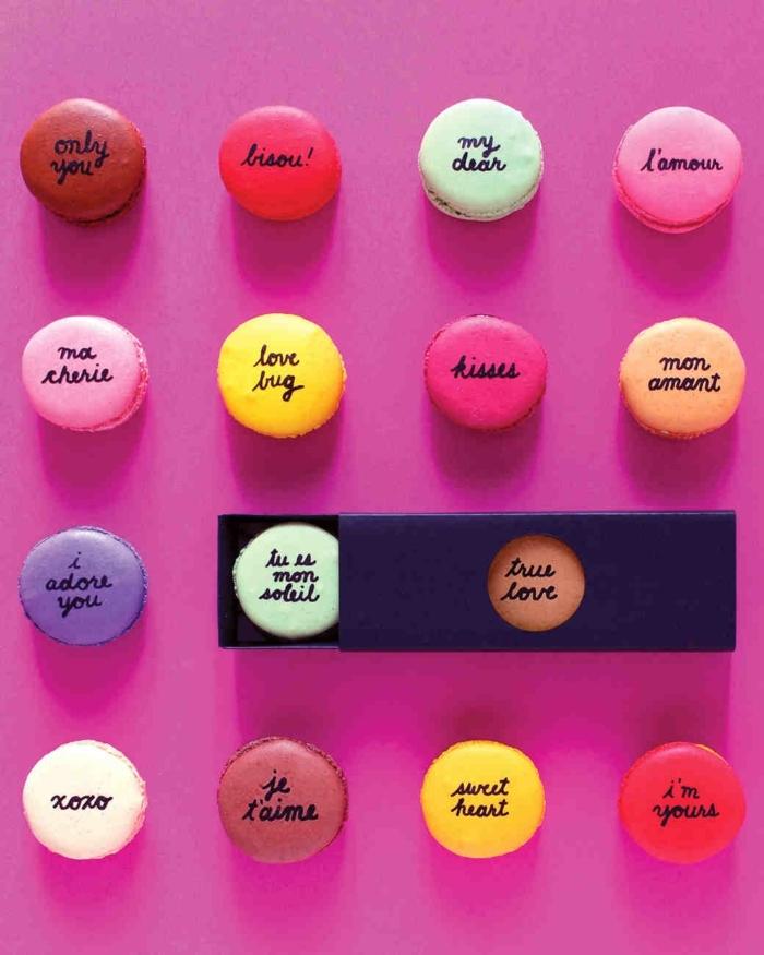 macarones en diferentes colores con mensajes de amor, ejemplos de regalos originales para novios hechos a mano