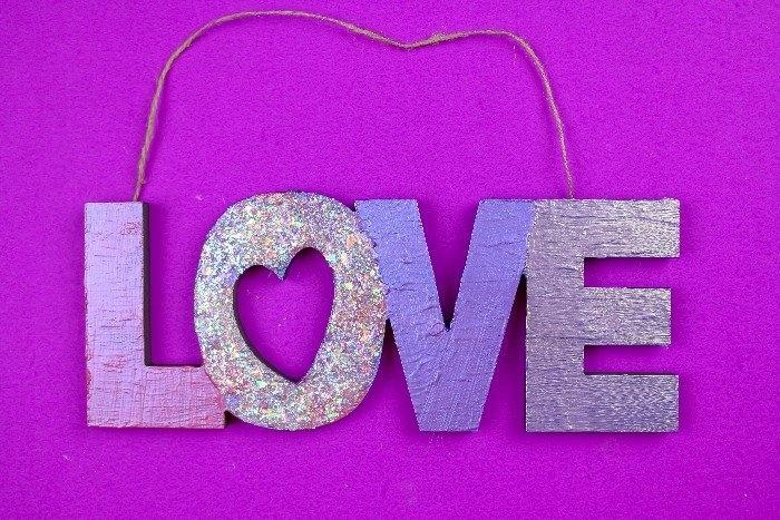 cartel decorativo con letras amor, ideas de regalos originales para novios hechos a mano