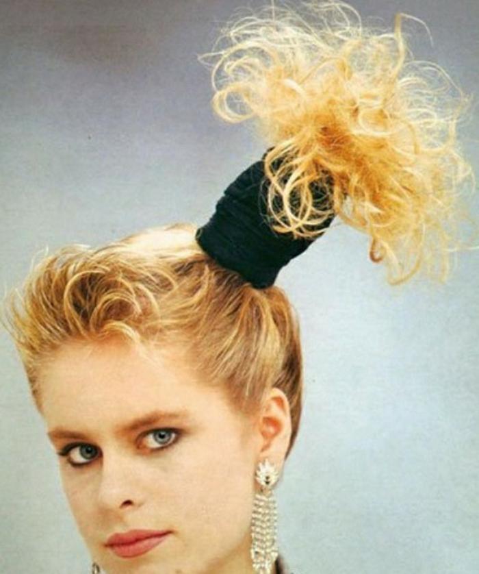 peinados típicos y originales inspirados en los 80 moda, mujer con coleta alta asimétrica, grandes pendientes