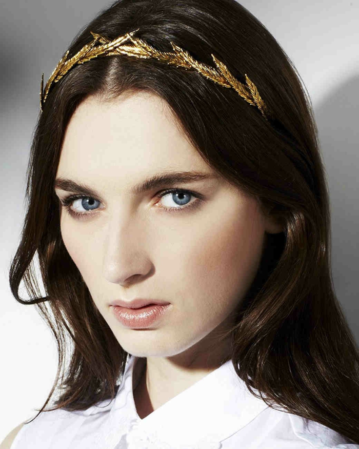 bonitas ideas de accesorios en el pelo, diadema dorada con hojas, peinados para bodas media melena
