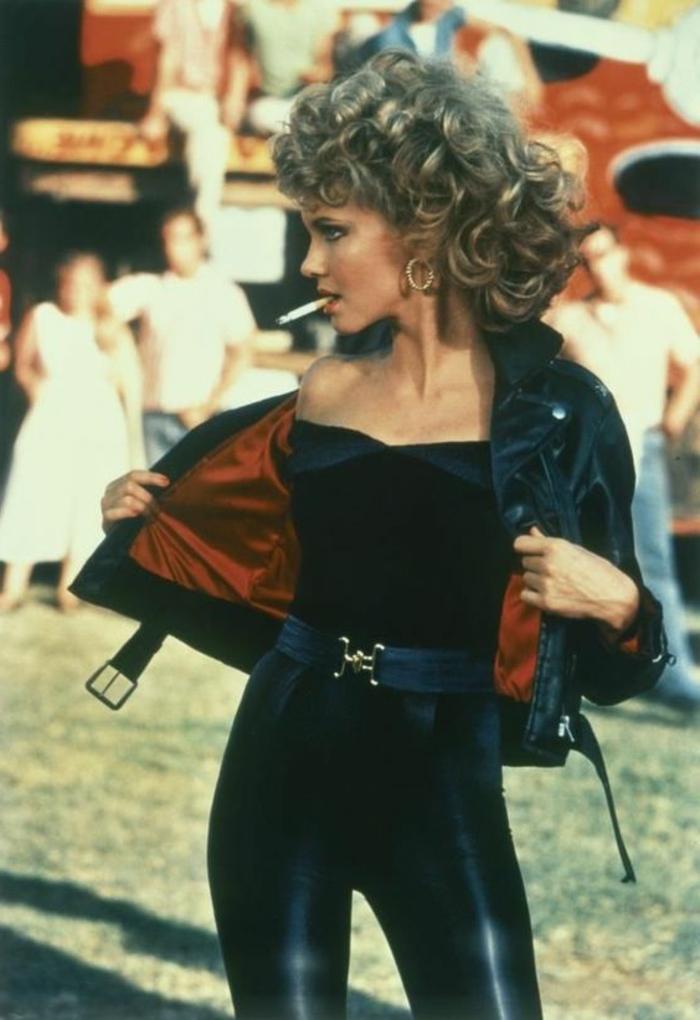 adorables ejemplos de ropa de los 80 para mujeres de películas famosas, ropa negra con chaqueta de cuero