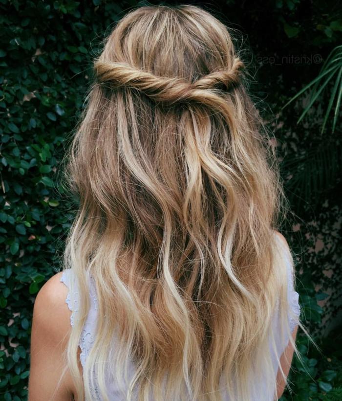 magnificas ideas de semirecogidos para pelo largo, cabello color rubio oscuro con mechas más claras