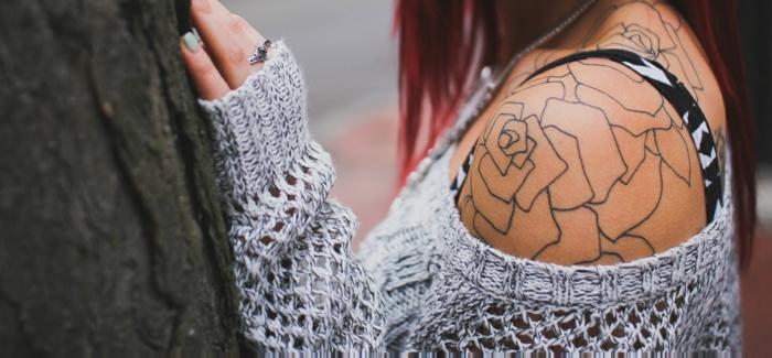 tatuaje geométrico con rosas en el hombro, los mejores consejos sobre cómo cuidar un tatuaje