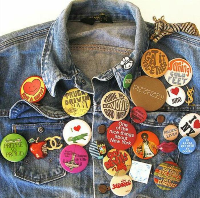 cómo vestirse para conseguir el estilo de los años 80, chaqueta de denim decorada, ideas ropa de los 80 para mujeres