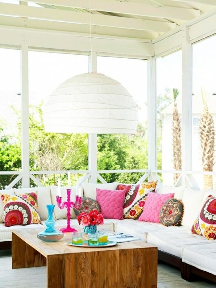 terraza decorada en blanco con alfombras decorativas coloridas, ideas terraza en bonitas imagines