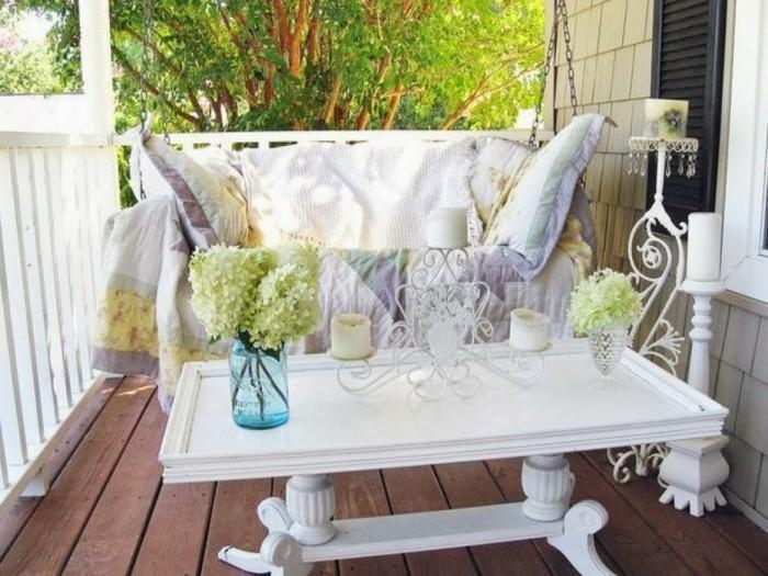 decoración balcón estrecho, fotos con ideas terraza, muebles color blanco, suelo de madera y jarrones con flores