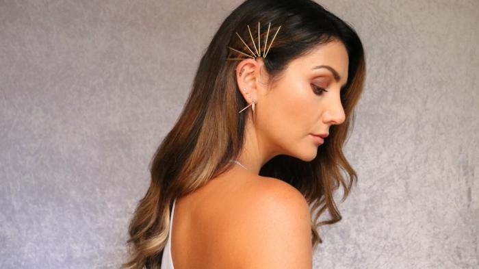 precioso peinado con horquillas puestas de manera original, cabello castaño claro con mechas