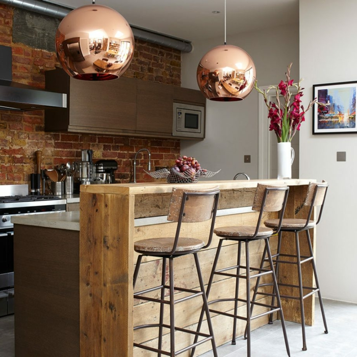 propuestas de decoración de cocinas rusticas modernas, larga barra de madera, paredes de ladrillo y grandes lámparas