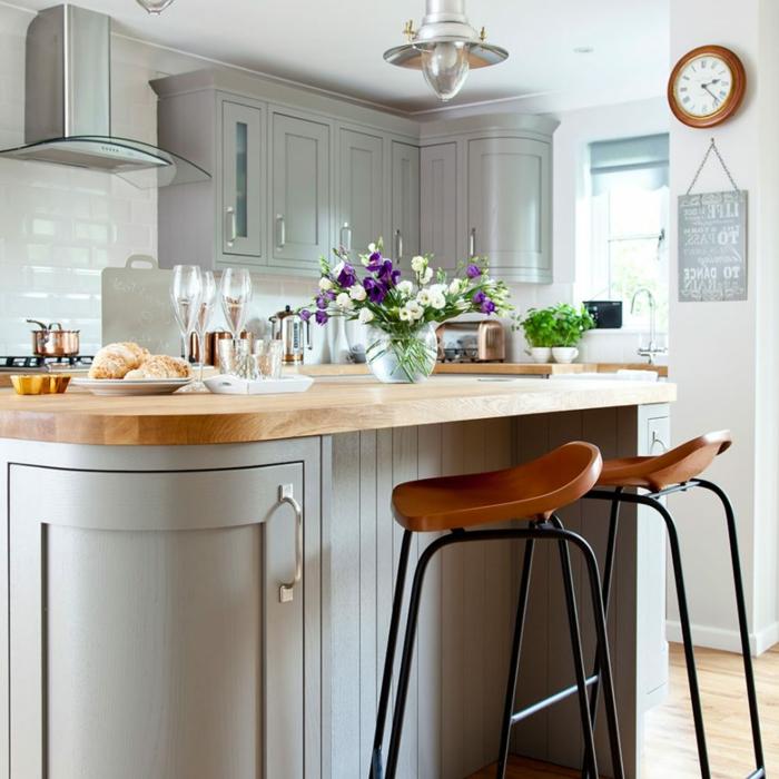 barra con encimera de madera, bonita cocina decorada en gris y blanco, cocinas rusticas modernas