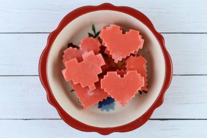 ideas de regalos originales para novios hechos a mano, jabones pequeños caseros en forma de corazón