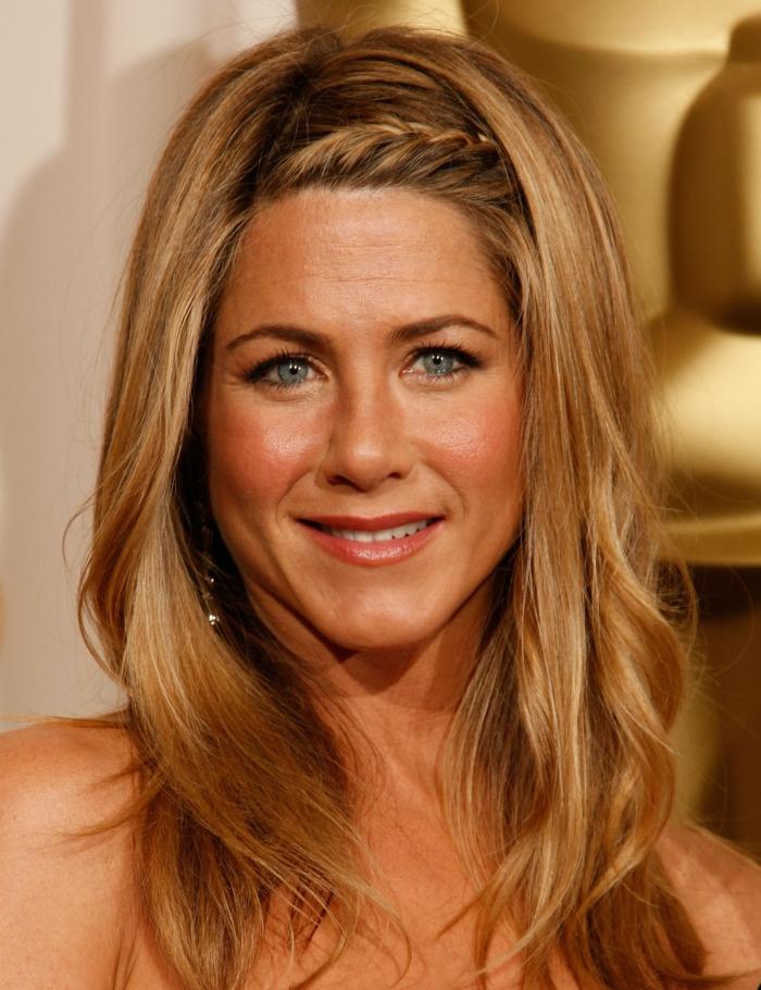 Jennifer Aniston con media melena con pequeña trenza corona lateral, cabello rubio ligeramente rizado