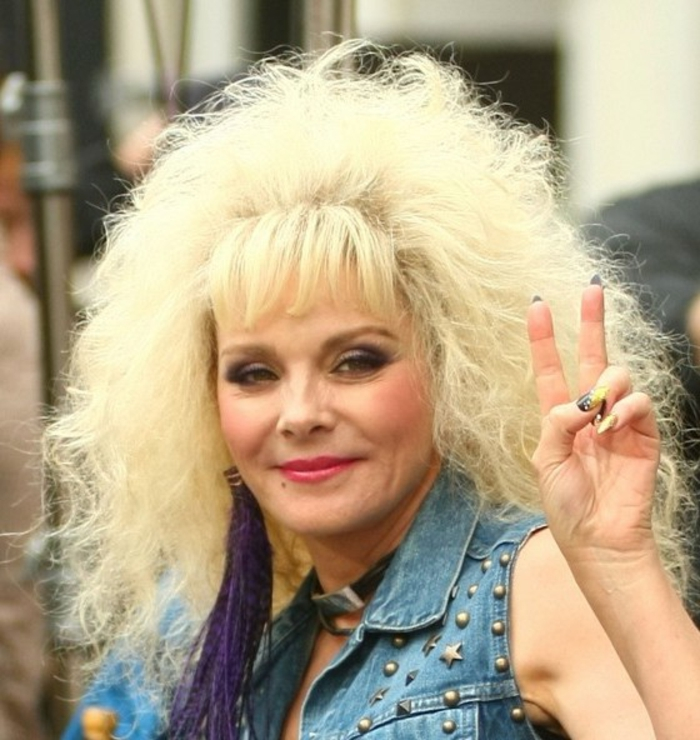 ropa de los 80 para mujeres, Kim Cattral con peinado con mucho volumen con flequillo, chaqueta de denim