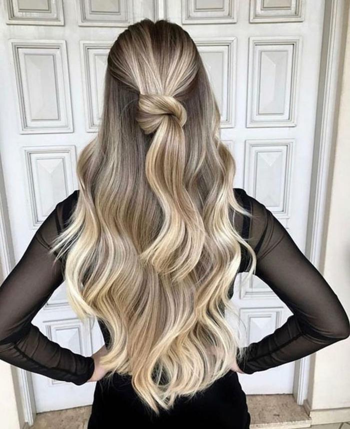 cabello super largo rubio con mechas balayage negras, precioso semriecogido con lazo, imagines de peinados modernos