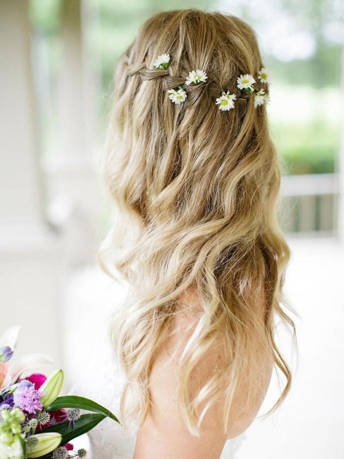 originales propuestas de peinados para novias, cabello muy largo rubio con trenzado adornado con flores