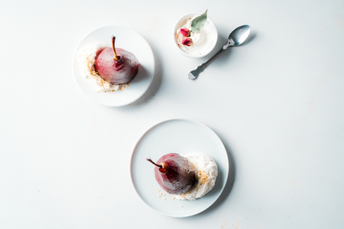 peras escalfadas servidas con crema espesa y nuecdes, las ideas mas romanticas de postres para san valentin en fotos