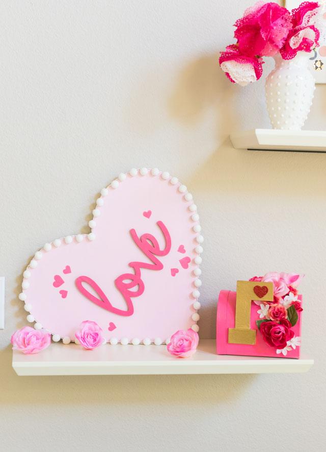 precioso corazón decorativo hecho de fieltro en color rosado, ideas de regalos originales para novios hechos a mano