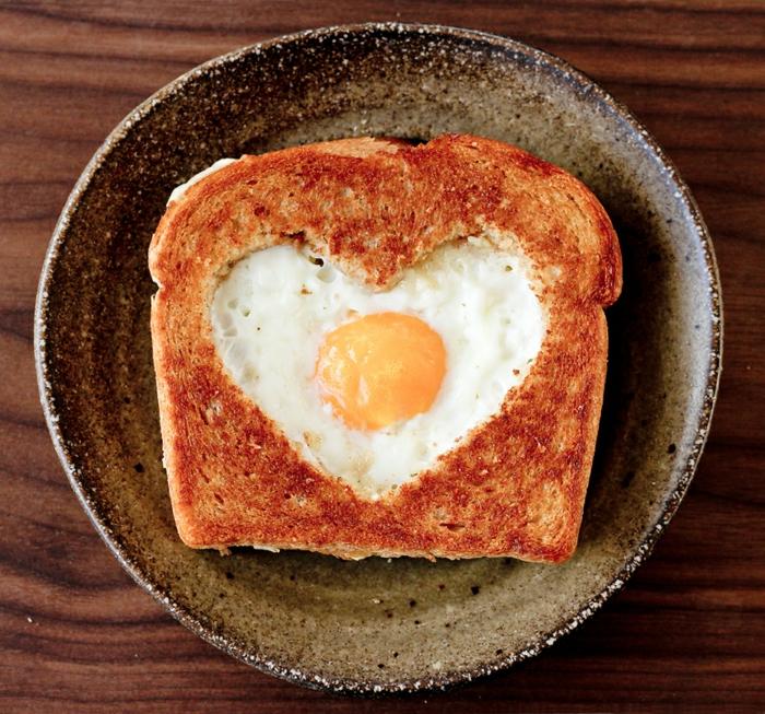 desayuno sorpresa para tu persona querida, mixto con huevo en forma de corazón, ideas de como preparar una cena romantica